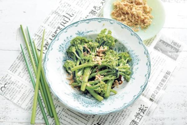 asparagus broccoli with fried onions