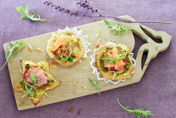 mini pizzas with salami or salmon