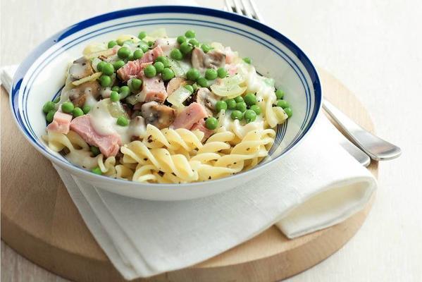 pasta with ham and garden peas in cream sauce