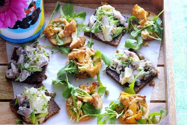 bruschette with chanterelles and arugula