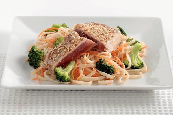 noodles with broccoli and tuna