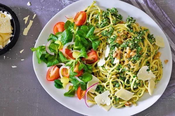 spaghetti with kale pesto and cherry tomatoes