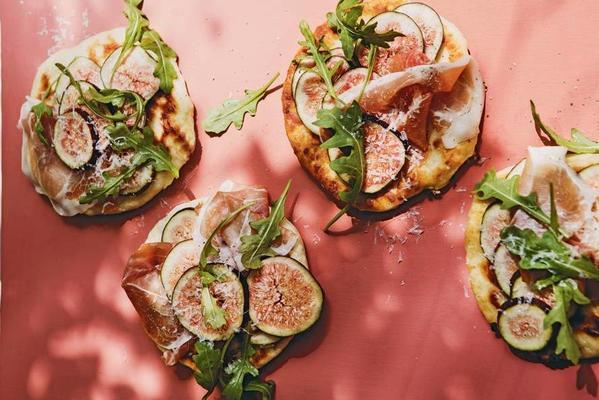 flat bread with ham, ricotta and figs