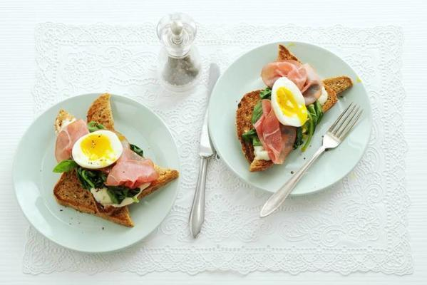 wholemeal toast with spinach, smoked meat and egg