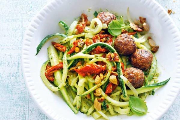 courgetti with vegas and tomato