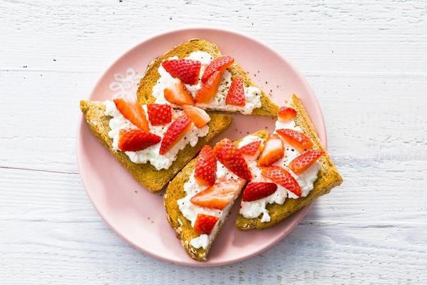 wholemeal toast with hüttenkäse, strawberry and pepper