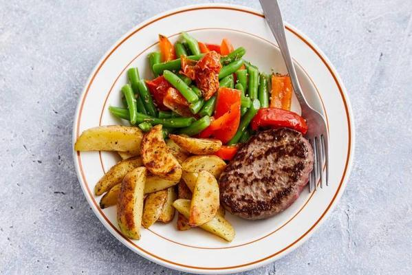 steak the boeuf with baked potato and green beans