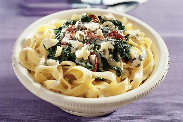 creamy tagliatelle with leaf spinach and roquefort