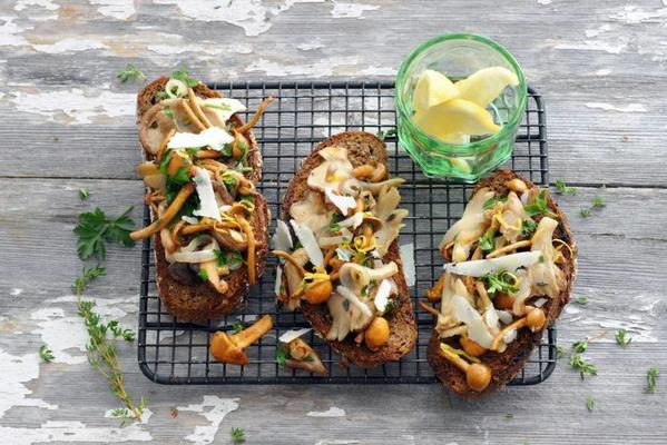 mushrooms with thyme on toast