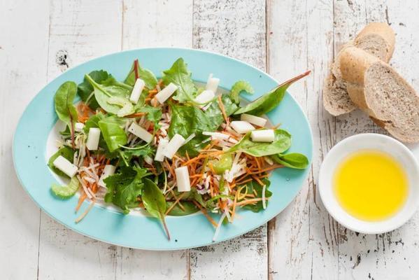 fast lunch salad with goat's cheese