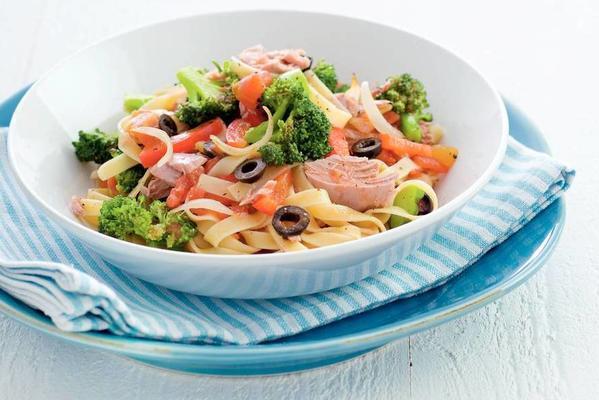tagliatelle and broccoli in tuna sauce