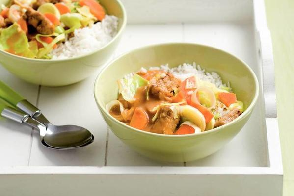 wok cubes with vegetables in peanut sauce