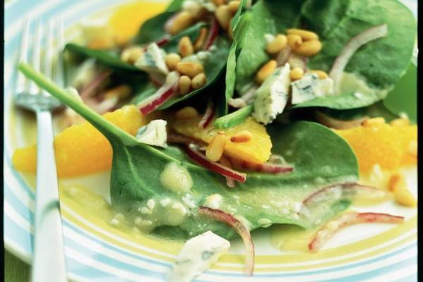 spinach salad with orange and bluefront cheese