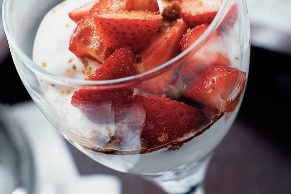 flat-cheese with strawberries and speculaas
