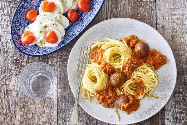 Mother's spaghetti with minced meat and hearts caprese