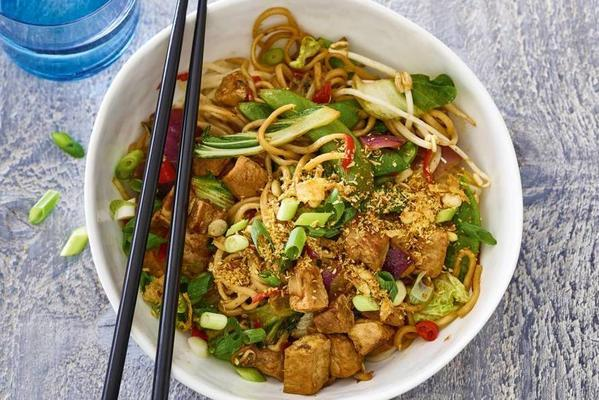 fast noodles with chinese wok vegetables and cumin