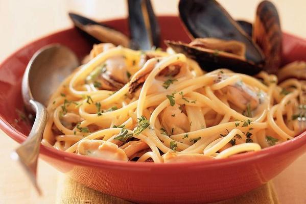 spaghetti with mussels and white wine