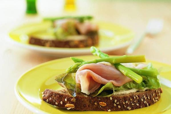sandwich with green asparagus tips and mustard cream