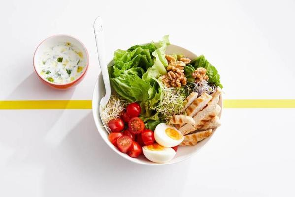 sports salad with grilled chicken and yoghurt dressing