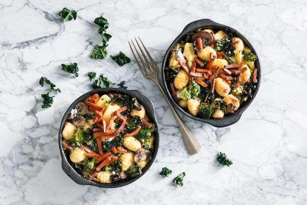 gnocchi with vegetables and vegaspek from the oven