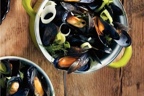 mussels with horseradish dip
