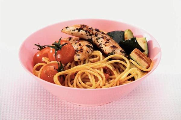 spaghetti with tomato sauce and grilled chicken