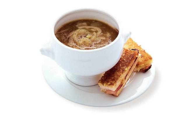 Dutch onion soup with steam bars