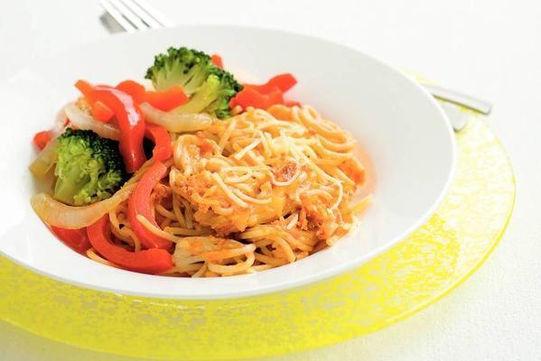 spaghetti with pesto rosso and broccoli