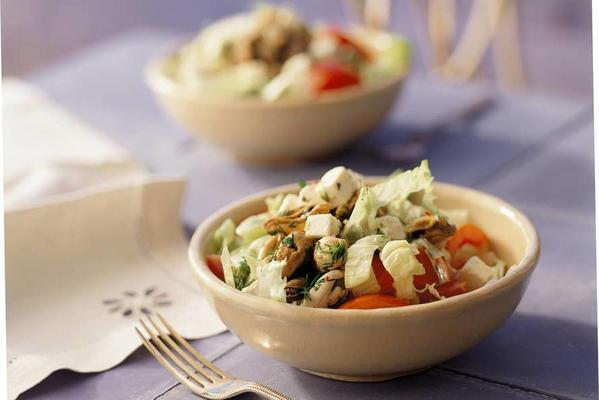 mussel salad with white cheese cubes