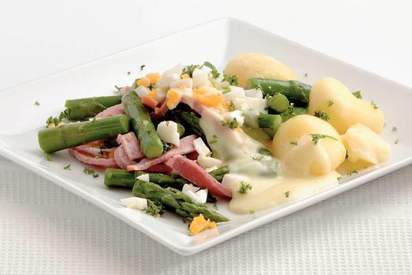 green asparagus with ham and asparagus sauce