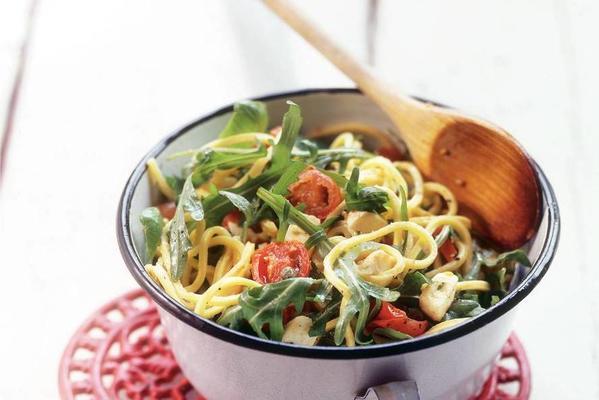 spaghetti with tomato, arugula and capers