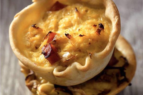onion tarts with gorgonzola