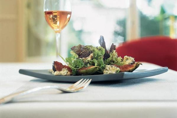 salad with warm marinated figs and blue cheese