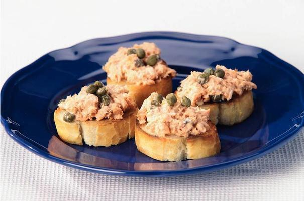 crostinis with salmon spread