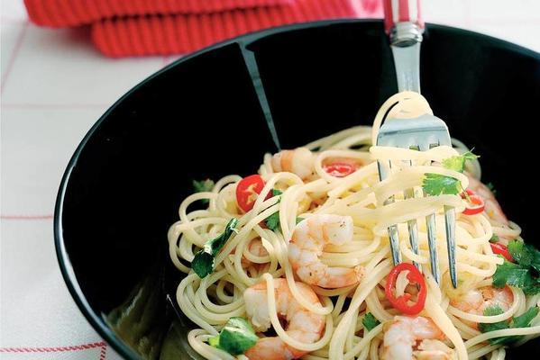 spaghettini with shrimps and pepper