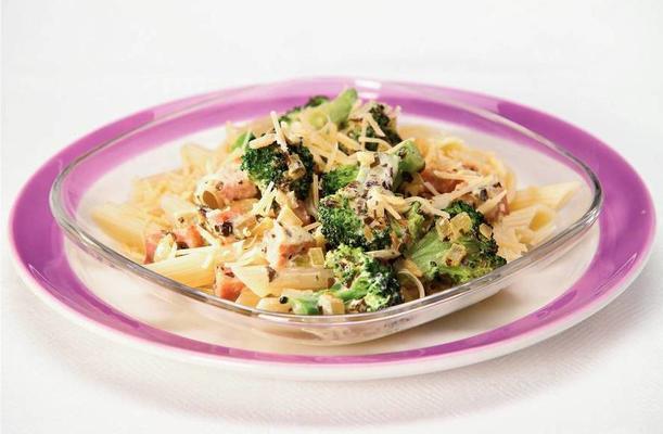 pasta pesto with broccoli and ham