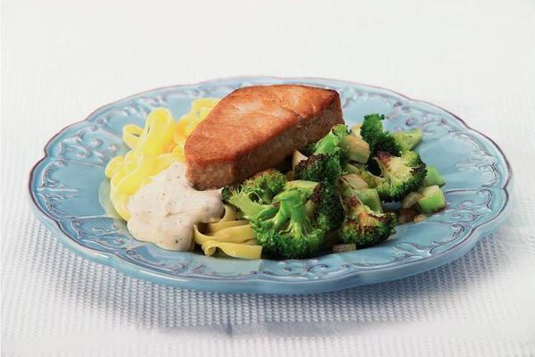 tuna steak with creamy three-pepper sauce