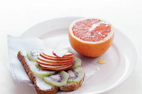 toast with cream cheese, kiwi and apple