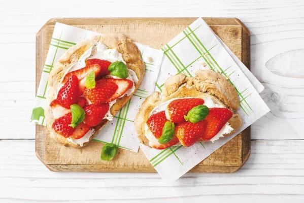 toast strawberries and basil