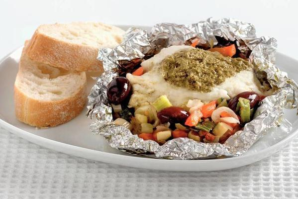fish packages with pesto vegetables and olives