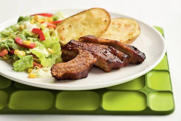 spareribs with colorful lettuce