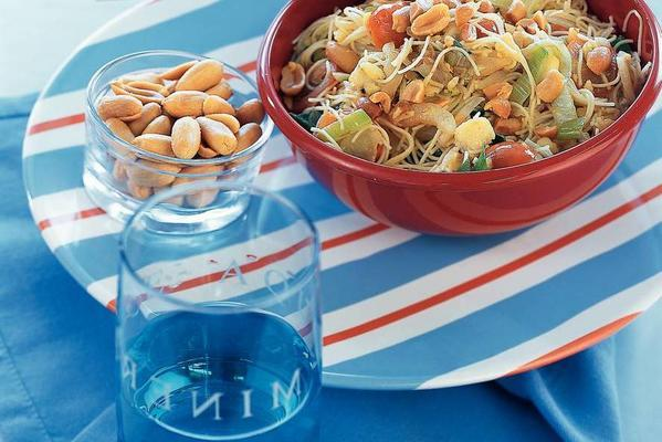oriental noodles with peanuts