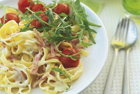 pasta carbonara with arugula and tomatoes