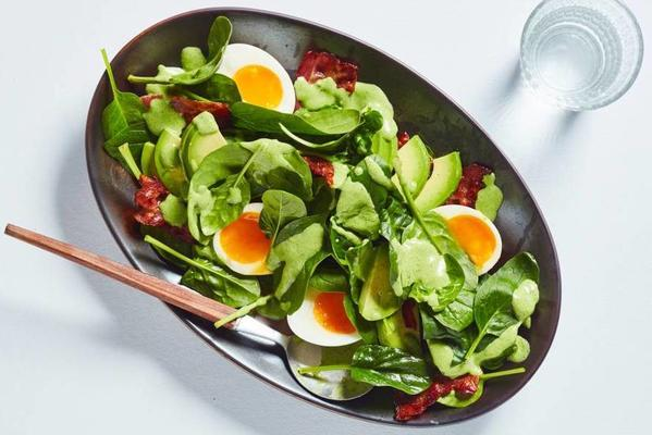 spinach salad with bacon, egg and spinach-yoghurt dressing