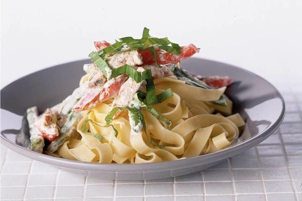 tagliatelle with green beans and tomato