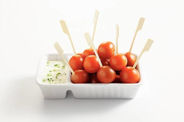 snack tomatoes with fresh yoghurt dip