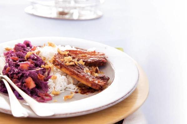 spicy bacon patties with red cabbage