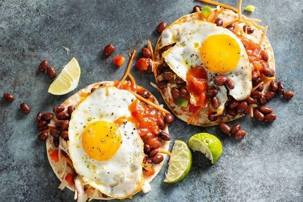 Gorditas with kidney beans and a fried egg