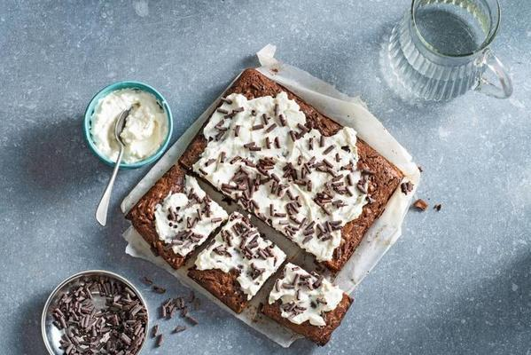 brownies with chococurls and yoghurt topping