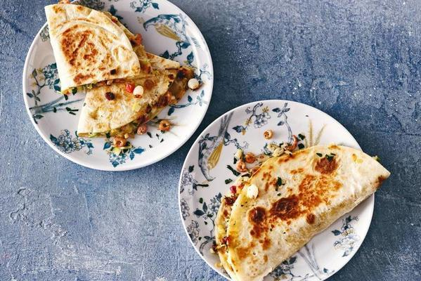 piadine with Dutch shrimps, old cheese, apple and celery